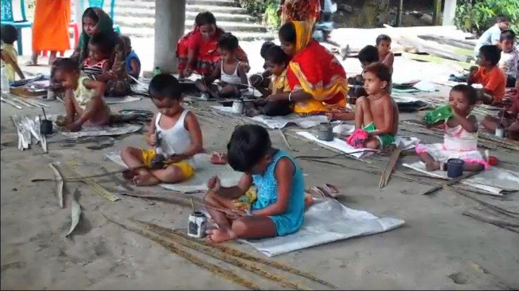 টুঙ্গিপাড়ায় টিকে আছে তালপাতার পাঠশালা